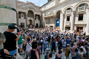 Picture 3. Crowds in the summer months on the Peristyle